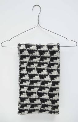Graphic black & white scarf